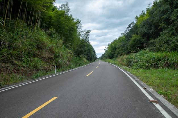 山の道旅行の背景山の中の高速道路。交通手段