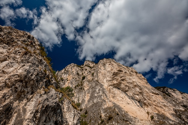 山の風光明媚な高山のパノラマ風景、青い空