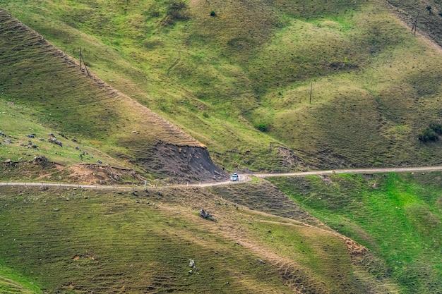山の蛇紋岩。危険な狭い崖の山道。山の端と急な崖に沿って運転する危険なオフロード。