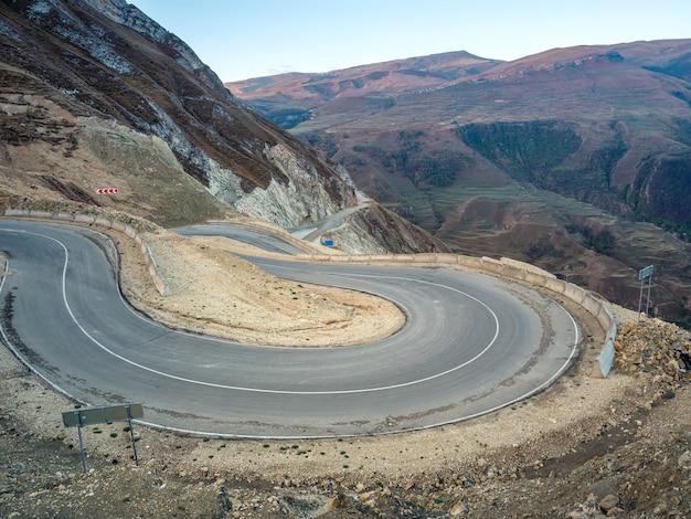 산의 구불구불한 도로 루프. 구불구불한 도로가 있는 아침 산 계곡.