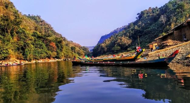 山側の川と交通機関