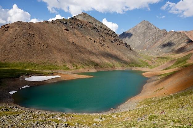 Озеро mountain spirit с бирюзовой водой посреди высоких скал