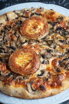 マウンテンスタイルのピザをクローズアップ。イタリア料理