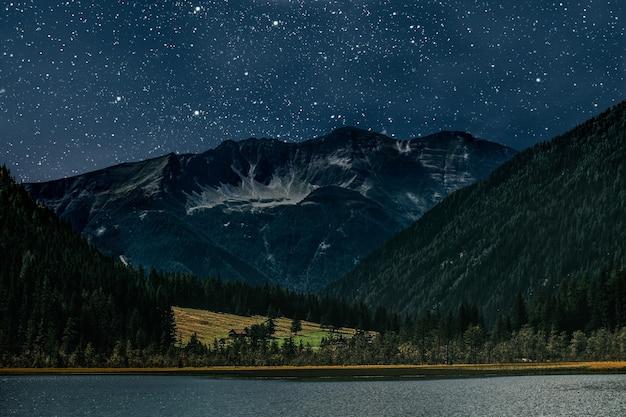 산. 별과 달과 구름이있는 밤하늘 표면. nasa에서 제공하는이 이미지의 요소
