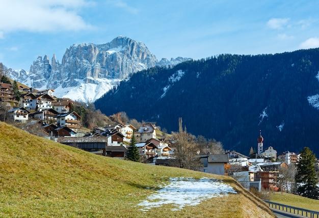南チロル州(イタリア)のマウンテンティアーズ村。