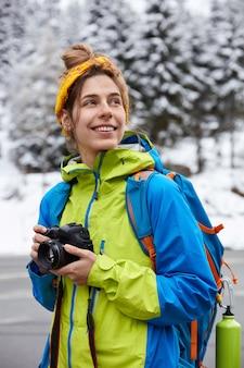 マウンテントレッキングと冒険のコンセプト。幸せな夢のような女性登山家は美しい風景を楽しんでいます