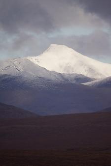 北極圏国立公園の門の暗い曇り空の下の山