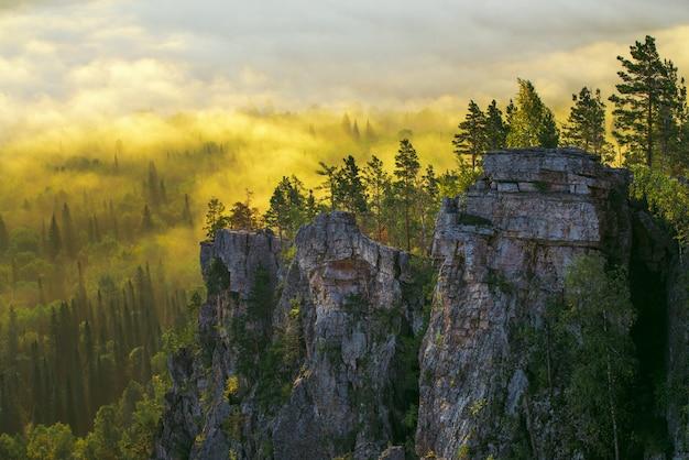 黄金の日の出の間に山の谷