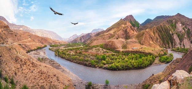 川のある山の谷。全景。ダゲスタン。ロシア。