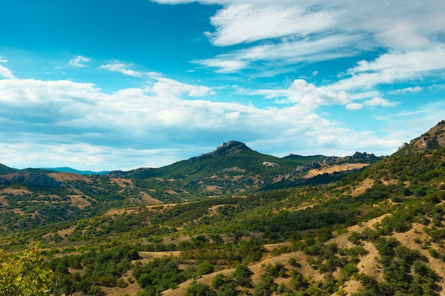 曇り空と山の谷