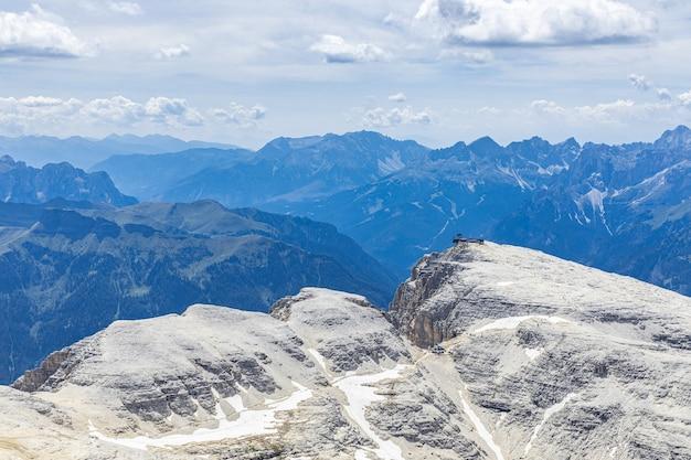 Вид на горы и тропа с альпинистами, идущая по тропе к горному приюту пиз бое.
