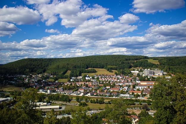 독일에있는 도시의 산 전망. 성 경내를 걸어보세요.