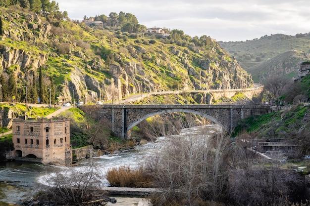 Вид на горы толедо пейзаж с рекой тежу в солнечный день