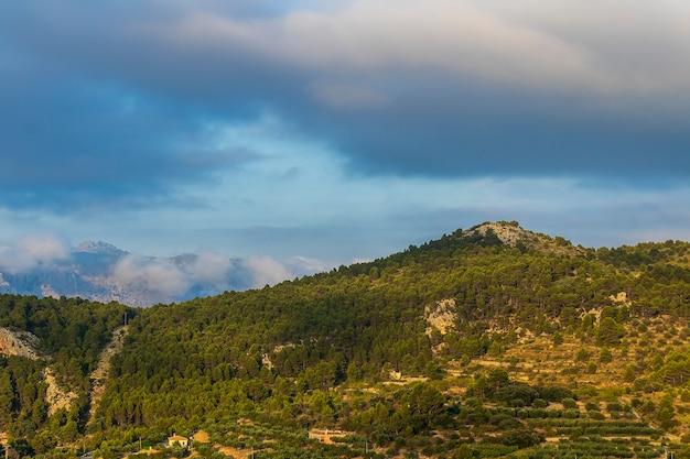 Confridesからいくつかの雲のある谷までの山の景色