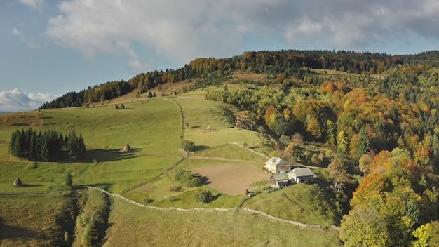一番上の空中秋の山の村誰も自然の風景緑の山とコテージの田舎道