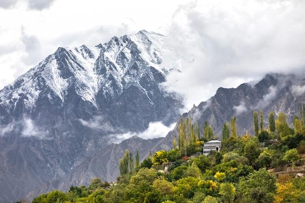 Горная деревня в долине реки хунза гилгит балтистан, северные районы пакистана