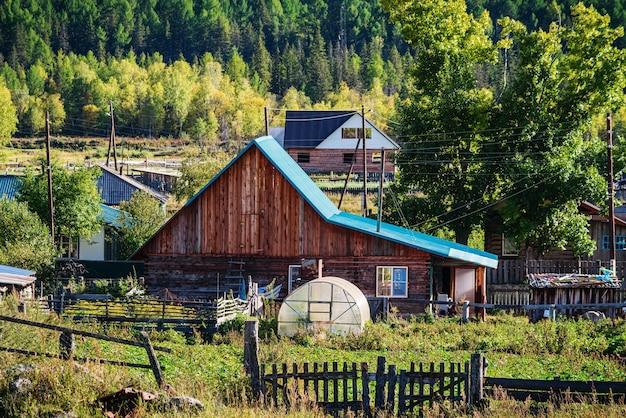 田舎の荒野の山の村