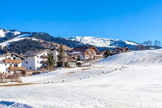숙박 시설과 스키 리조트가있는 산악 마을