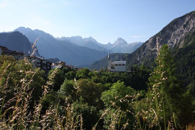 알프스의 교회가 있는 산악 마을