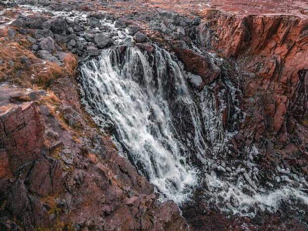 山の滝の川の流れの眺め