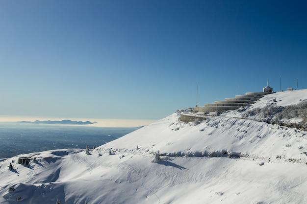 Горный зимний пейзаж со снегом