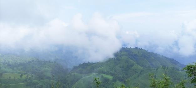 雲のある山自然写真