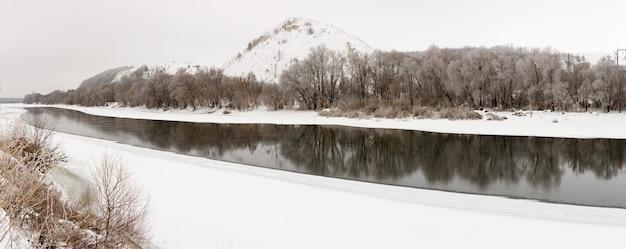 얼음 강 산. 러시아의 겨울 풍경입니다.