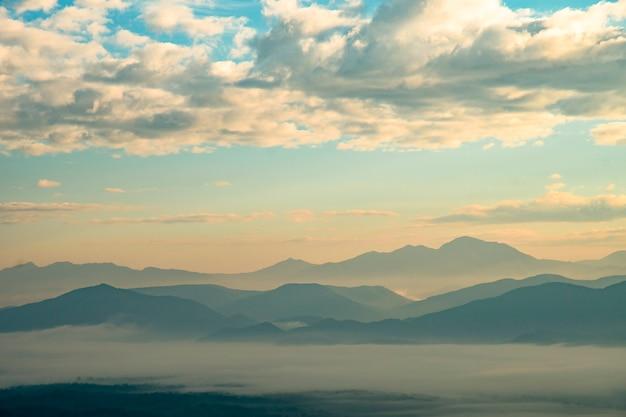 아침 일출, 자연 풍경에에서 하얀 안개와 산. 아침 일출, 자연 풍경에 하얀 안개와 함께 아름 다운 산