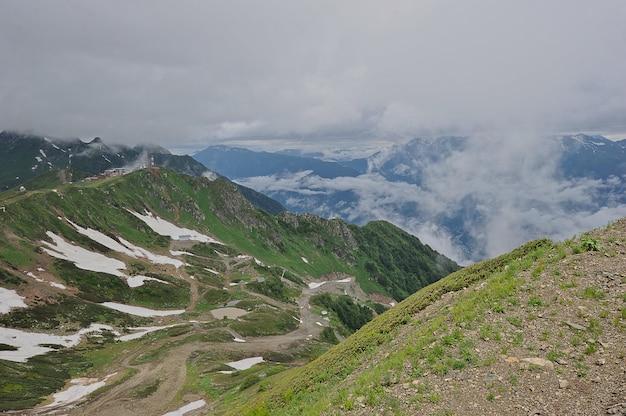 山の風景:ロシア、クラスナヤポリヤナ、コーカサス山脈のmountainの雪