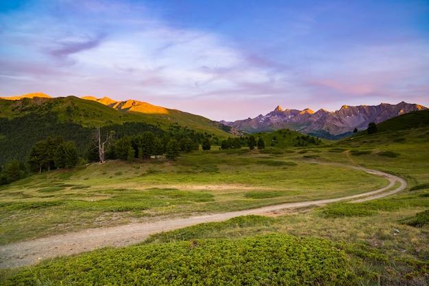 イタリアの高いmountainにつながる未舗装の山道