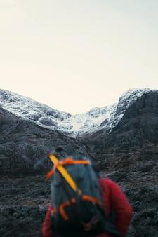 스코틀랜드 고원의 글렌 코 계곡에서 등반가