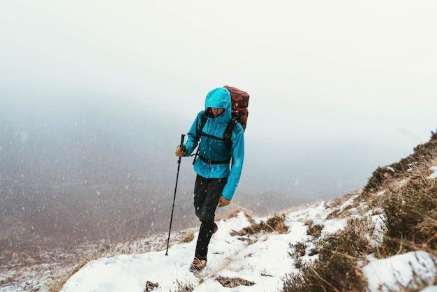 Альпинист, восхождение на хребет форкан в глен шил, шотландия