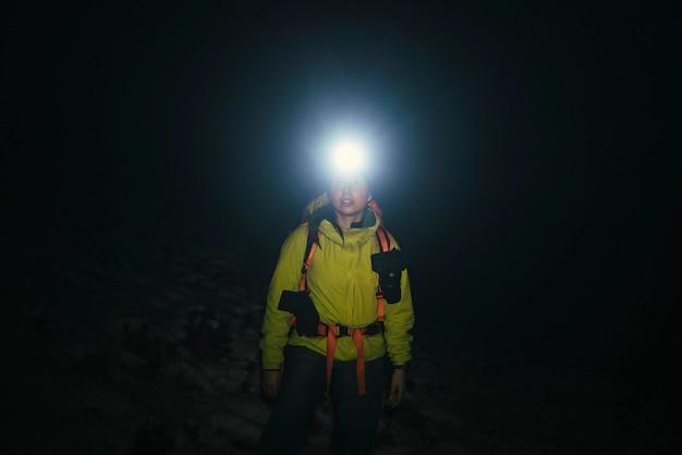 スコットランドのグレンコーでの寒い夜の登山家トレッキング
