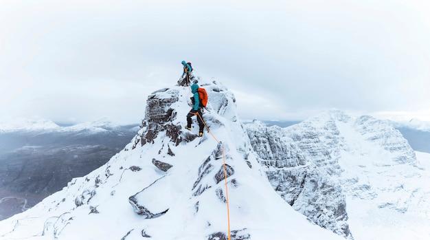 스코틀랜드의 눈 덮인 liathach 능선을 등반하는 등반가들
