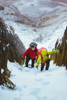 Альпинисты, поднимающиеся на заснеженную гору