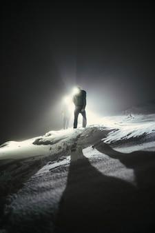 Альпинисты в походе холодной ночью в глен-коу, шотландия