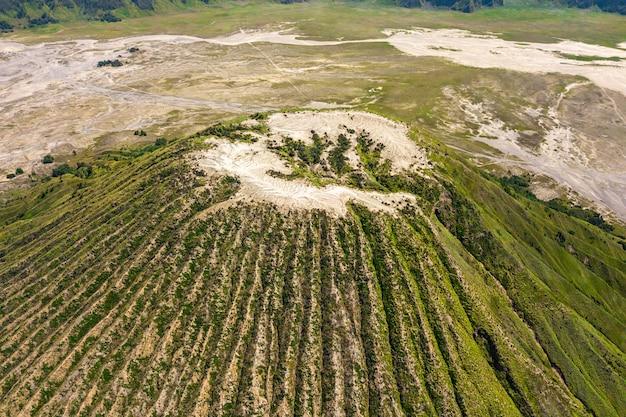 Горный пейзаж с кратером вулкана