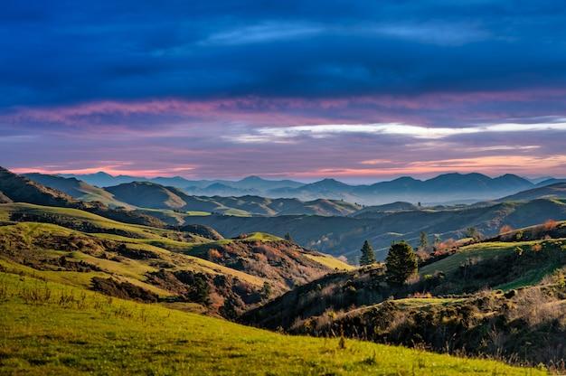 農地に覆われた山岳のなだらかな丘と谷