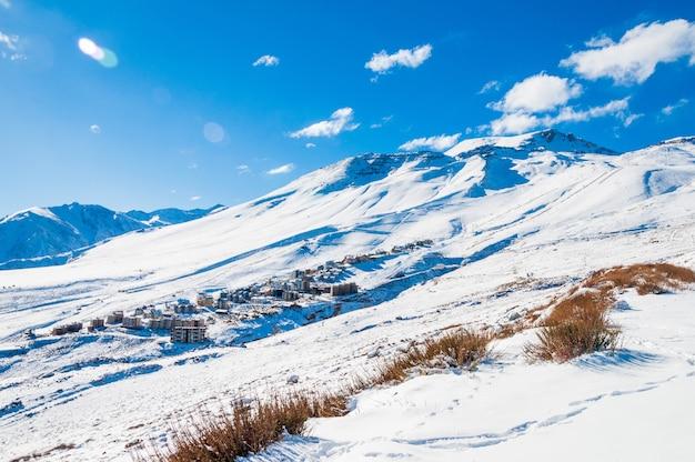 Горные пейзажи покрыты снегом в андах