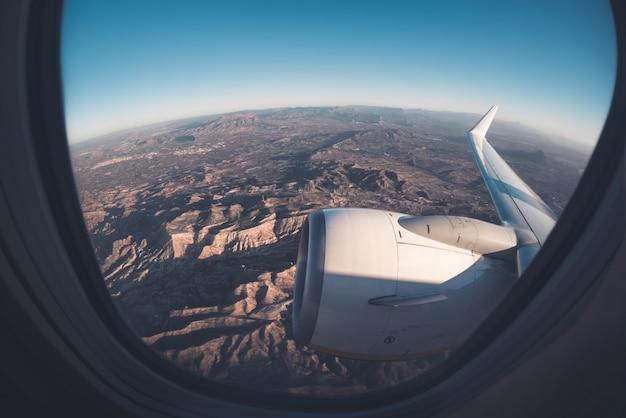 飛行機から山岳ウィンドウシートビュー