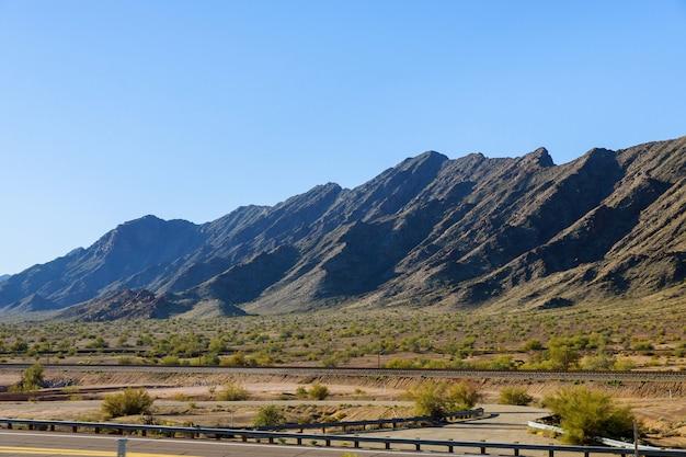 砂漠と青空に沿った山