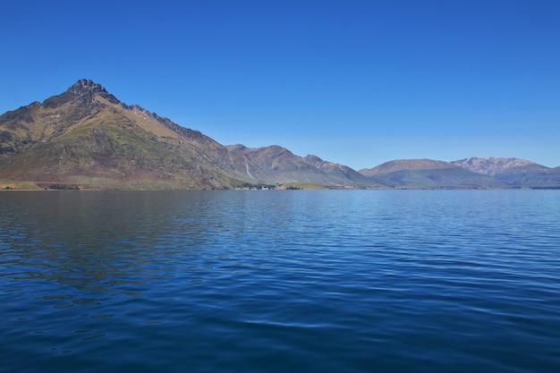 ニュージーランドのクイーンズタウン近くの湾沿いの山々