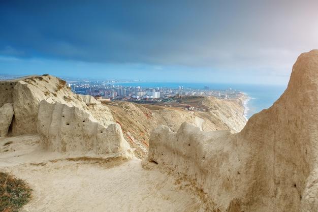 Горы и морской пейзаж с голубым небом. черное море, россия. прекрасный вид на город. Premium Фотографии
