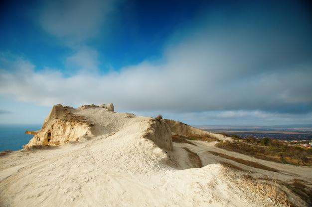 Горы и морской пейзаж с голубым небом. черное море, россия.