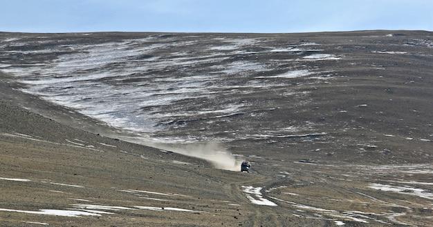 몽골의 자연과 산과 푸른 하늘