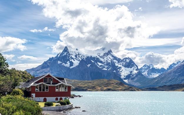 Горы и вид на озеро в патагонии, чили