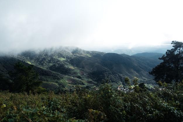 雨の中の山や田舎の村