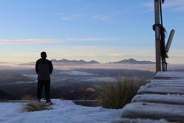 ニュージーランドの朝の山と雪。