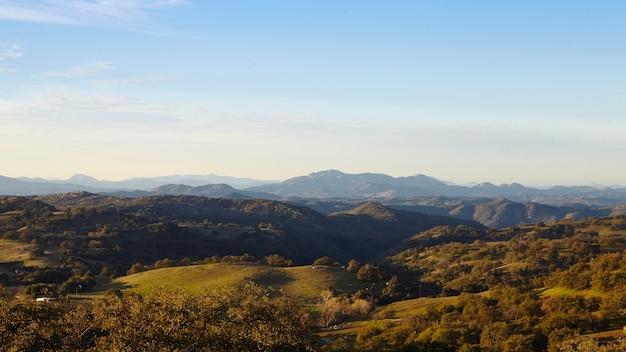 朝の光の中、サンディエゴのメサグランデの山々と木々