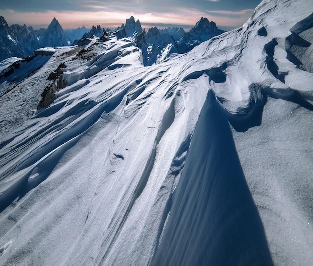 イタリアアルプスのドロミテンの山々は雪の厚い層で覆われています